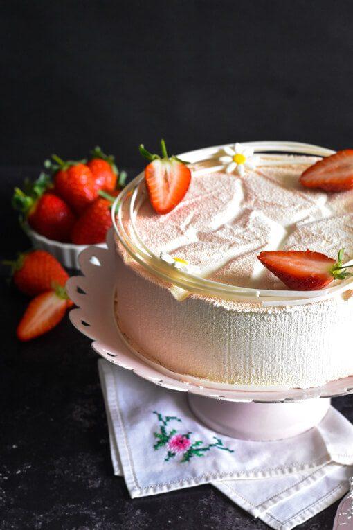 עוגת מוס ווניל ותותים