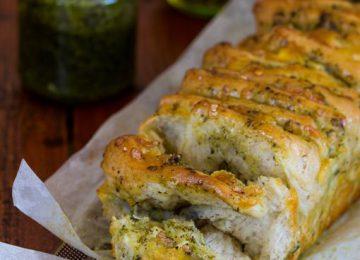 לחם תלישות עם פסטו וגבינה צהובה