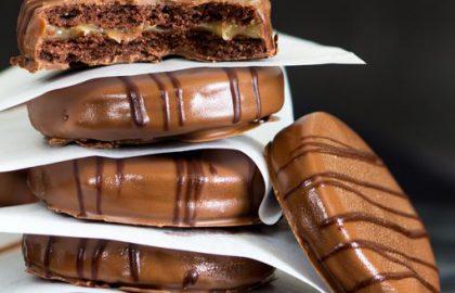 עוגיות סדנדוויץ' שוקולד במילוי קרמל מלוח