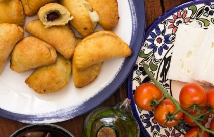 כיסוני גבינה וזיתים מבצק יוגורט