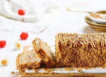 עוגת דבש נימוחה מועשרת בפקאן וממרח לוטוס