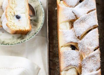 עוגת שמרים במילוי ריקוטה ודובדבנים